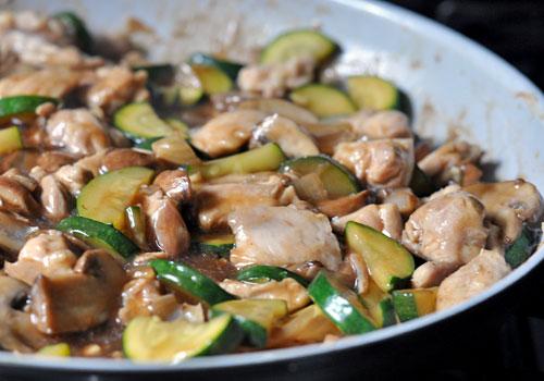 Курица, цукини и грибы, жаркое, перемешивая