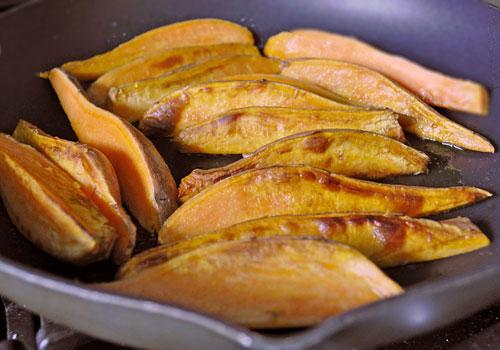 Дольки сладкого картофеля с чесноком