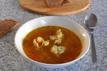 Русский суп с курицей и пельменями
